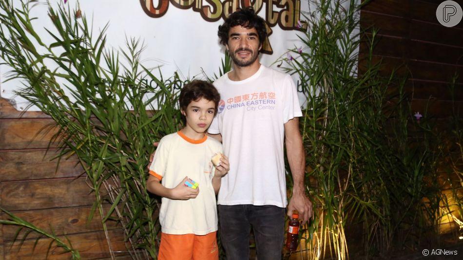 Caio Blat chegou ao lado do filho na festa de aniversário de 6 anos de Titi, filha de Bruno Gagliasso e Giovanna Ewbank, nesta quarta-feira (19).