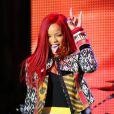 A cantora caribenha exibiu os cabelos ruivos, compridos e bem lisos, durante uma apresentação no Times Square, em Nova York, nos Estados Unidos, em novembro de 2010