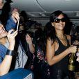 Rihanna distribuiu champanhe para os fãs que estavam com ela no avião. A musa fez sete shows em sete cidades diferentes para divulgar o sétimo CD dela