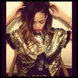 Rihanna estava com os cabelos mais compridos, metade loiros e raspados do lado esquerdo, no começo de 2013
