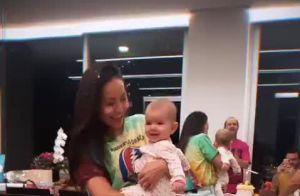 Zoe encanta ao sorrir em 'Parabéns' de festa de 7 meses: 'Maior amor'