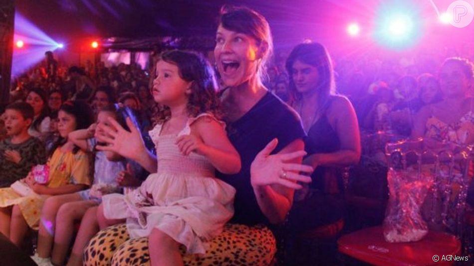 Filha de Luana Piovani e Pedro Scooby adota corte de cabelo joãozinho
