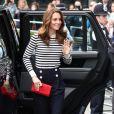 Kate Middleton deu um toque descolado ao look com inspiração navy com a clutch vermelha