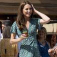 Kate Middleton também apareceu com midi de estampa geométrica em aparição recente
