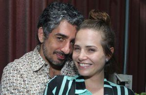 Letícia Colin posa para foto segurando a barriguinha de grávida pela 1ª vez