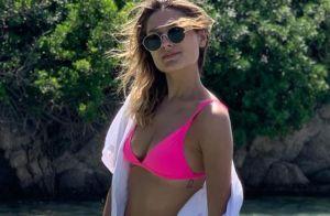 Sasha Meneghel aposta em biquíni neon e camiseta para curtir praia na Itália