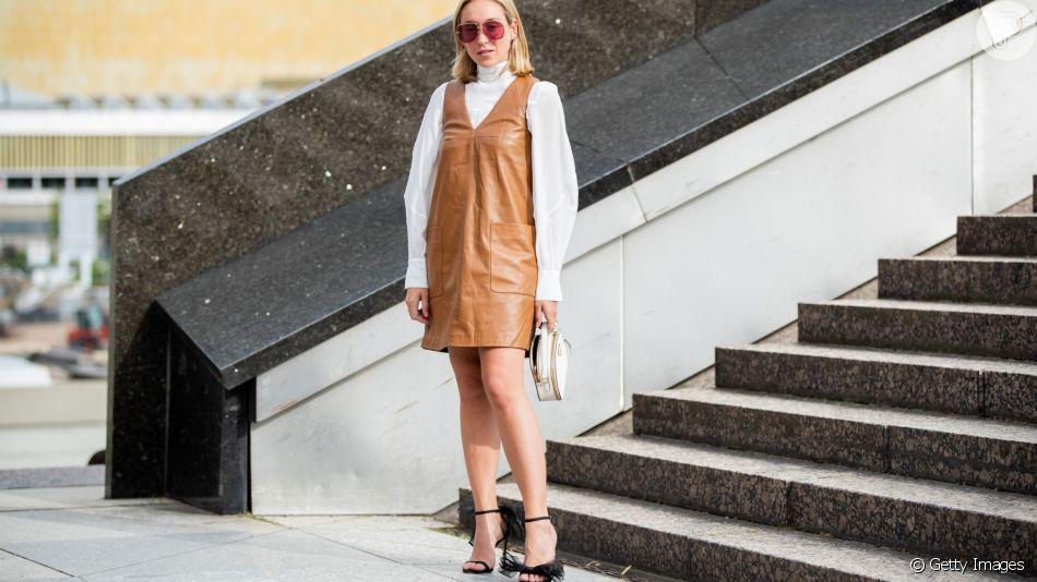 Vestido no inverno, veja formas de usar a peça no frio, como este look, com camisa por baixo do modelo em couro