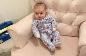 Filha de Thaeme, Liz rouba a cena em clique no sofá: 'Esperando para mamar'