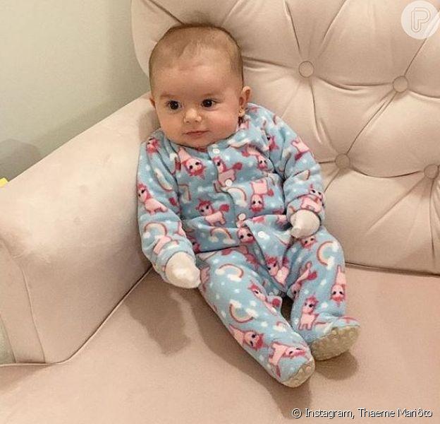 Filha de Thaeme, Liz roubou a cena em clique no sofá nesta quarta-feira, 17 de julho de 2019