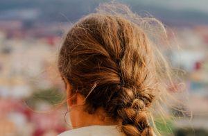 4 formas de diminuir o frizz dos cabelos nos dias mais úmidos