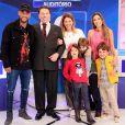 Patricia Abravanel posou ao lado de Neymar Jr. com a família