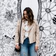O blazer e a calça destroyed podem deixar o look com jeans mais fashion e moderno