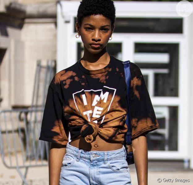 Calça jeans, camiseta e tênis: saiba como deixar a combinação clássica mais moderna e cool