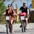 Thais Fersoza e Michel Teló decidiram passear de bicicleta com os filhos, Melinda e Teodoro