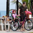 Michel Teló arruma bicicleta na companhia da filha, Melinda, antes de pedalar