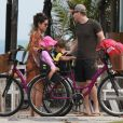 Thais Fersoza e Michel Teló arrumaram as bicicletas para colocar os filhos, Melinda e Teodoro, nas cadeirinhas