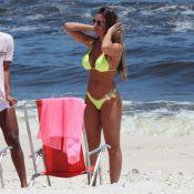 Nicole Bahls pega sol e exibe corpão em biquíni neon na praia da Barra
