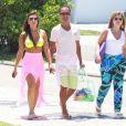 Nicole Bahls caminha no calçadão da praia da Barra da Tijuca, no Rio