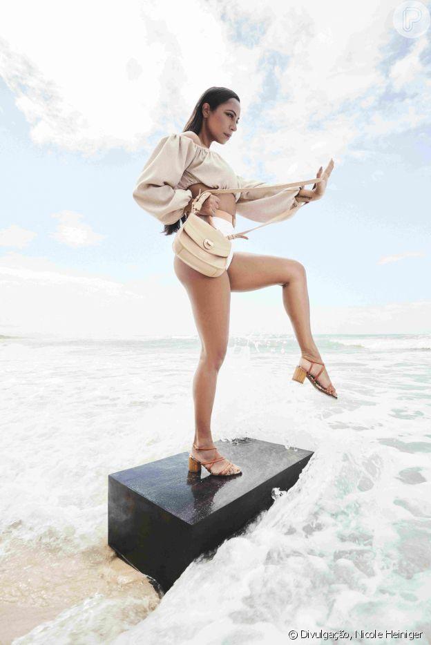 Samantha Schmutz posa com sandália supertrend: tiras, laranja e salto bloco