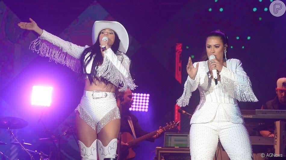 Simone e Simaria brilharam com look cheio de pedraria para show em Barretos: 'Só de pedra uns R$ 20 mil'