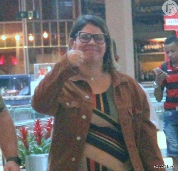 Grávida, Marilia Mendonça posa com fãs e acena para fotos durante passeio no Rio