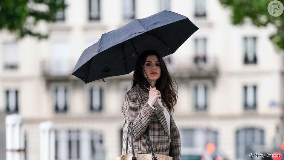15 looks para sair com estilo em dias de chuva