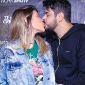 Sertanejo Cristiano beija e tieta barriga de gravidez de Paula Vaccari em show
