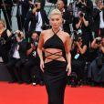 O vestido minimalista e ultrassexy é tendência, como revela o look Etro da modelo Elsa Hosk