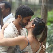 Amor de ficção e vida real: Carol Castro e Bruno Cabrerizo se beijam em gravação