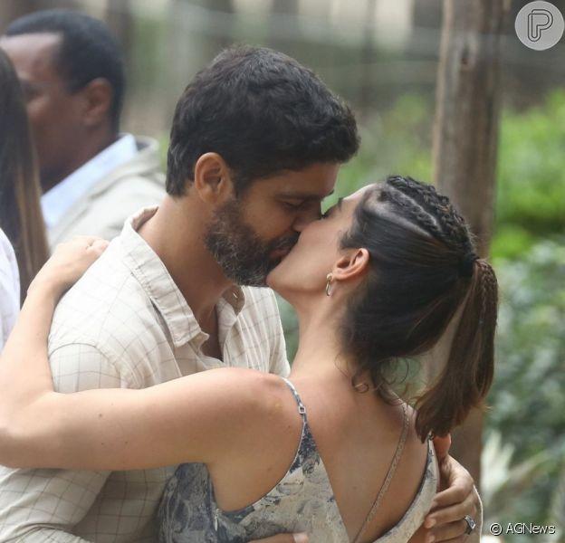 Carol Castro e Bruno Cabrerizo, juntos na vida real, trocam beijos em gravação de novela nesta quarta-feira, dia 04 de setembro de 2019