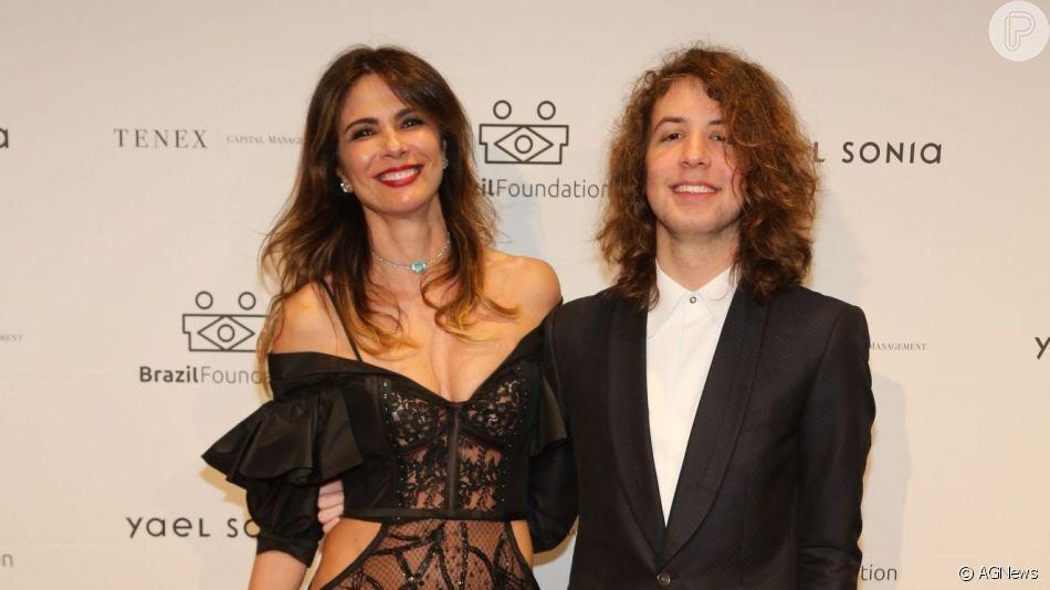Filho de Luciana Gimenez, Lucas Jagger adere a unhas coloridas como Simaria mostrou em vídeo no Instagram