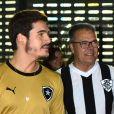 Pai de Juliana Paiva, seu Gilmar foi clicado em novembro de 2018 ao assistir jogo do Botafogo com Nicolas Prattes, então namorado da sua filha