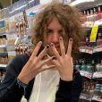 Lucas Jagger exibe unhas pintadas em cores diferentes em foto no Instagram