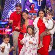 Simaria e os filhos, Pawel e Giovanna, se divertiram na festa temática de herói, com o marido, Vicente