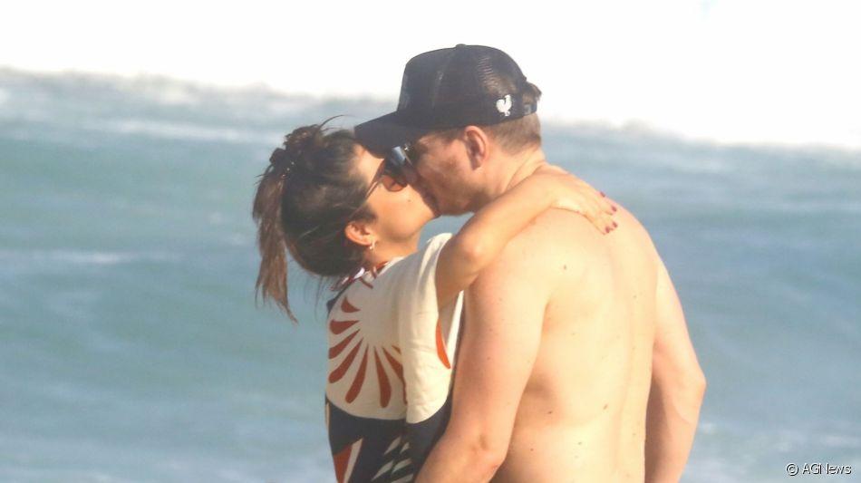 Michel Teló e Thais Fersoza curtiram praia em clima de romance nesta segunda-feira, 16 de outubro de 2019