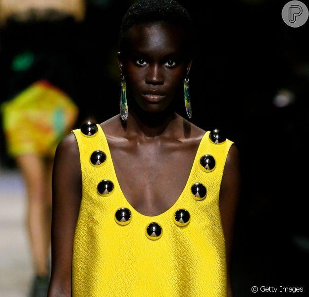 O verão 2020 promete ter cores saturadas na moda! Inspire-se nos looks das passarelas