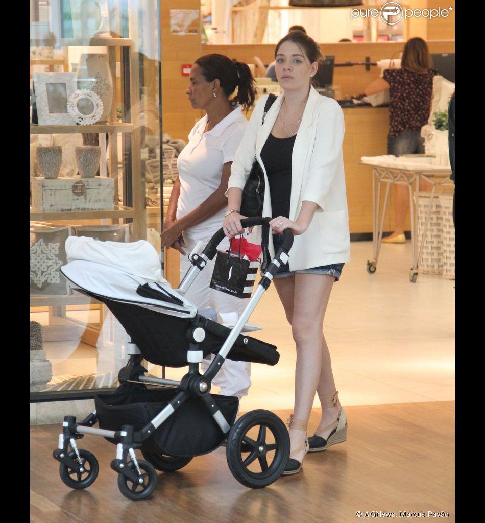 Luma Costa levou seu filho, Antonio, para passear no shopping Village Mall na Barra da Tijuca, Zona Oeste do Rio, nesta quinta-feira, 16 de outubro de 2014