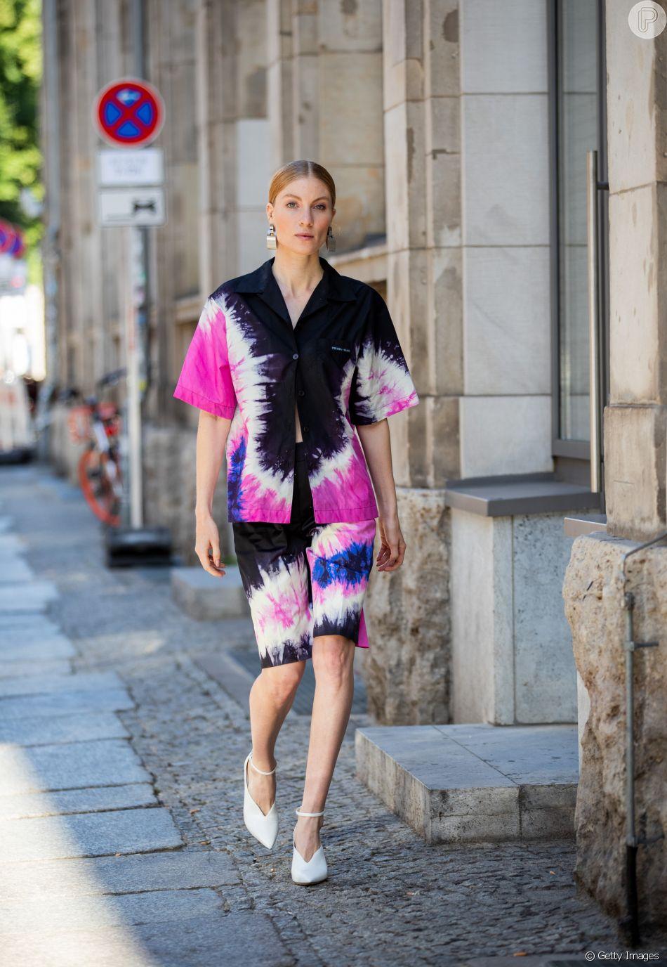Três tendências de verão em um look só: conjuntinho, bermuda e tie-dye