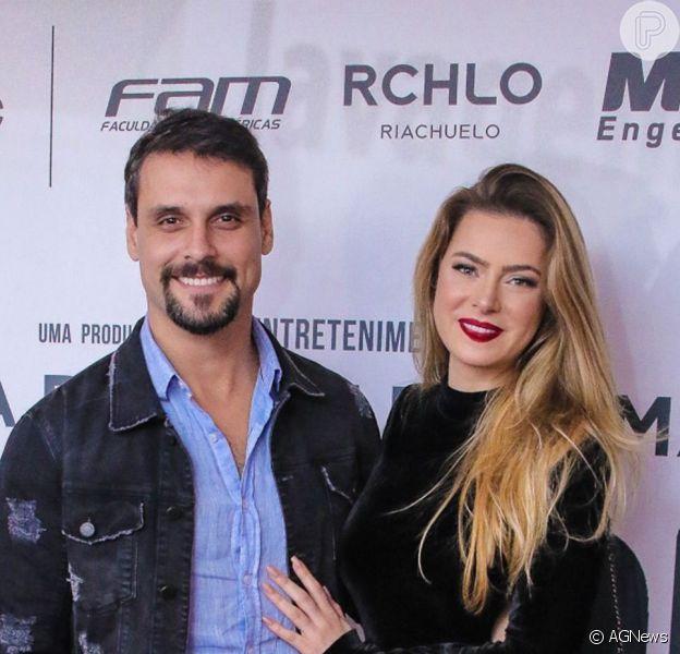 Atores da novela 'Topíssima', os namorados Rayanne Morais e Felipe Cunha trocaram declarações de amor em viagem de férias por Nova York: 'Meu sonho bom que é realidade!'