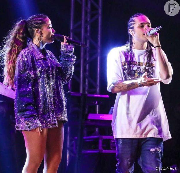 Anitta grava vídeo e Vitão aparece sem camisa ao fundo, em 6 de outubro de 2019