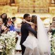 Thaila Ayala e Renato Goés trocam beijos na igreja