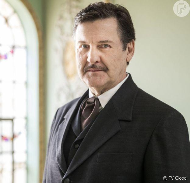 Júlio (Antonio Calloni) recebe proposta para ser sócio de Assad (Werner Schünemann) na novela 'Éramos Seis'
