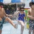 Sophia Valverde e o namorado, Lucas Burgatti, se divertiram em parque aquático do Ceará ao lado do ator Igor Jansen
