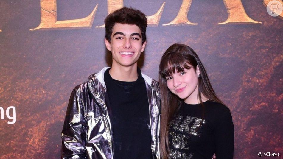 Sophia Valverde e o namorado, Lucas Burgatti, posaram abraçados para ensaio de fotos