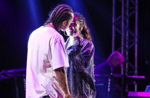 Que pegada! Anitta e Vitão trocam beijos em show e web vibra: 'Casal lindo'