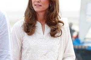 Kate Middleton aposta em cor trendy e dispensa sapatos em viagem ao Paquistão