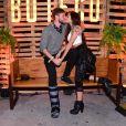 Ex-BBB Paula Amorim trocou beijos com namorado, Breno Simões, no Buteco do Gusttavo Lima