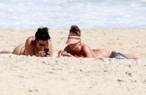 Grazi Massafera renova o bronzeado ao lado de amiga em praia do Rio. Fotos!