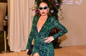 Sabrina Sato modela silhueta com vestido slim e franzido para evento fashionista