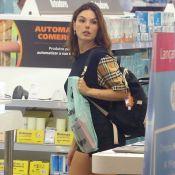 Isis Valverde usa look comfy com camiseta de grife em passeio com filho e marido